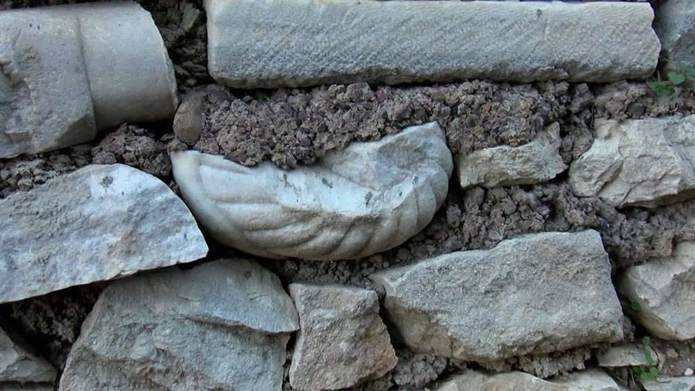 Tarihi mezar taşları duvar yapımında kullanılmış 1
