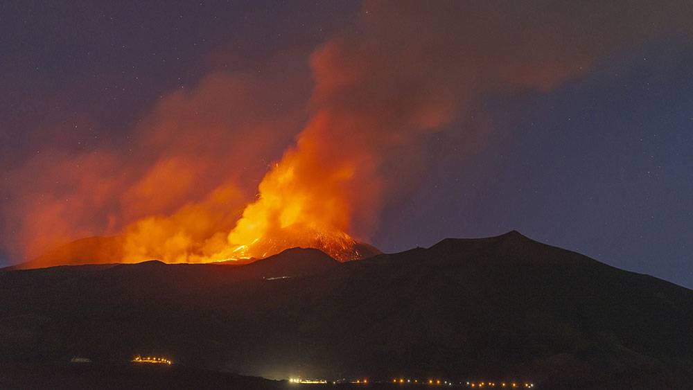 Etna yanardağından lav ve kül püskürdü 1
