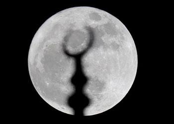 Ay, ilk kez bu kadar yakından geçti