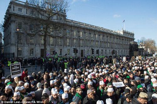 Londralı Müslümanlar Hz. Peygambere sahip çıktı 1