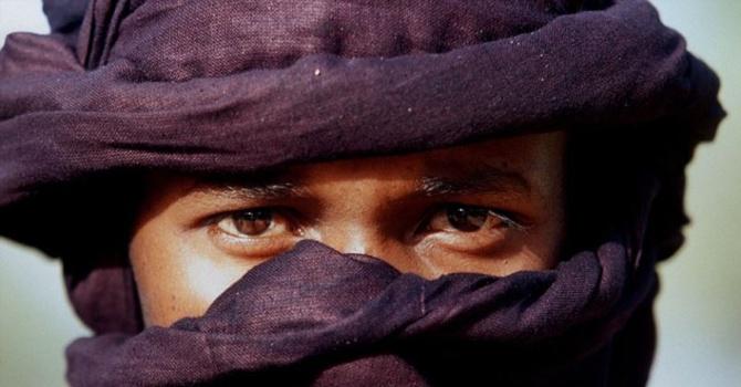Erkeklerin de peçe taktığı Müslüman halk 1
