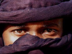 Erkeklerin de peçe taktığı Müslüman halk