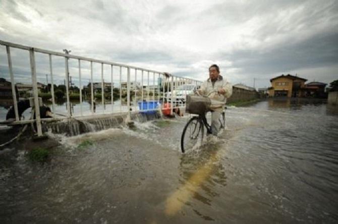 Japonya'da sel hayatı felç etti 1