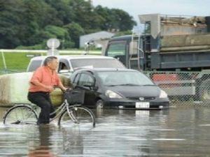 Japonya'da sel hayatı felç etti