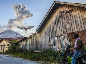Endonezya'daki Sinabung Yanardağı