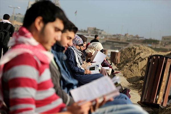 Filistinli gençlerden zalim İsrail'e karşı 'kitap okuma zincir 1