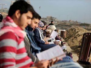 Filistinli gençlerden zalim İsrail'e karşı 'kitap okuma zincir