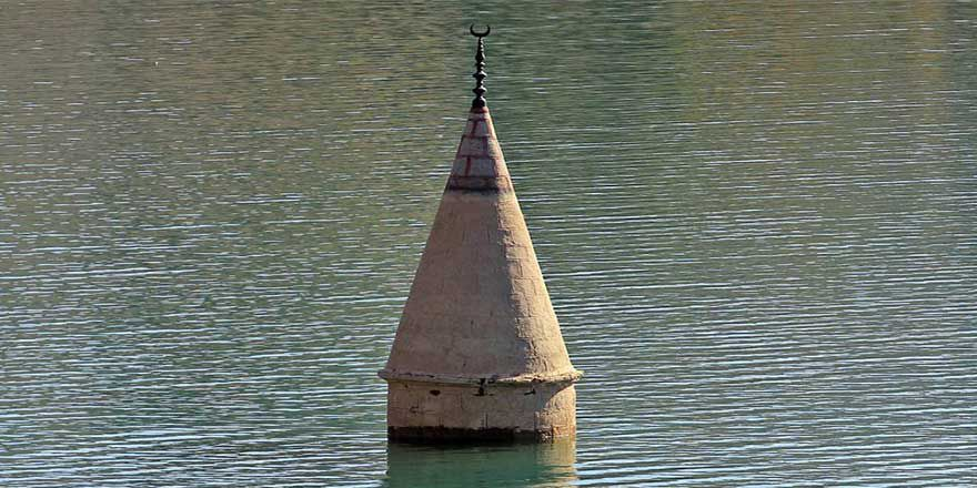 Sular çekildi minare ortaya çıktı