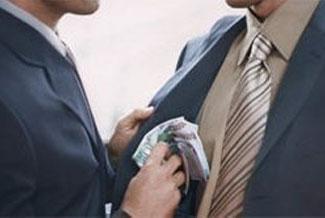Hediye olarak verilenler rüşvete girer mi? Karşılığı verilmeyen bir hediye, mesela bir elbiseyi giymek caiz mi?