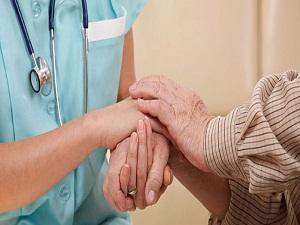 Alzheimer hastasıyla çocukla konuşurmuş gibi konuşmayın