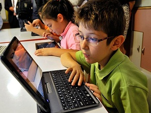 'İnternette ve tablet başında 2 saatten fazla durulmasına müsade edilmemeli'