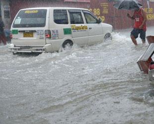 Filipinler sele teslim, 20 ölü