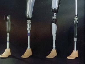 Protez bacakla kağıt topluyor