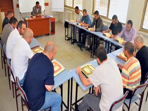 Kur'an kursunu bitiren mahkumlara sertifikaları verildi