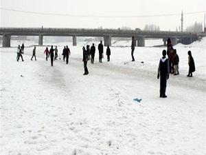 Buz tutan nehir üzerinde top oynadılar