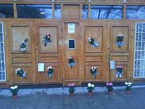 Cami kapısına bu kez çiçekler bırakıldı