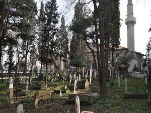 Kırık tarihî mezar taşları vatandaşın tepkisini çekiyor