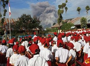 Endonezya'da yanardağ gölgesinde eğitim