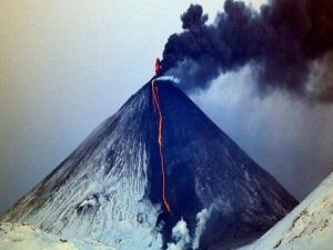 Rusya'nın Şiveluç volkanı 5 bin metreye kül püskürttü