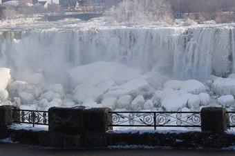 Niagara Şelalesi buz tuttu