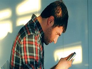 Akıllı telefonlar ve tablet, omurga ağrılarını artırdı