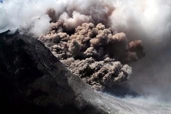 Sinabung Yanardağı'nda patlamalar arttı