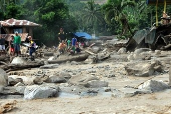Filipinler'i sel vurdu