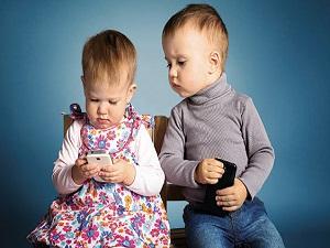 Ağlayan çocuğa susması için cep telefonu vermeyin