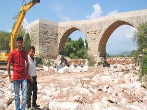 Tarihi Belkıs Köprüsü'nün 3 ayağı yıkılmaktan kurtarıldı