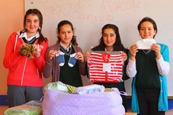 Minik elleriyle Suriyeli çocukları ısıtacaklar