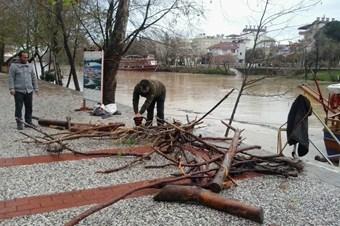 Kışlık odun ihtiyaçlarını Manavgat Irmağı'ndan çıkarıyorlar