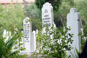 Diyanet: Mezar taşlarına kaderden şikayet eden ifadeler yazmak caiz değil