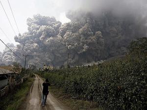 Endonezya'daki yanardağ öyle bir patladı ki