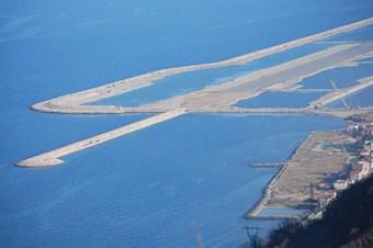 Deniz üzerine kurulan havalimanı daha ucuza mal oldu
