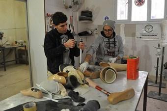 Suriye'deki eksik hayatlar için protez yapmayı öğreniyorlar
