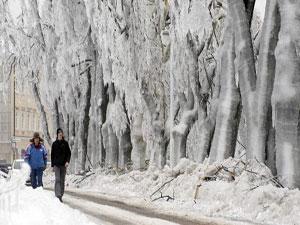 Yağmur buza dönüştü, ülke dondu kaldı