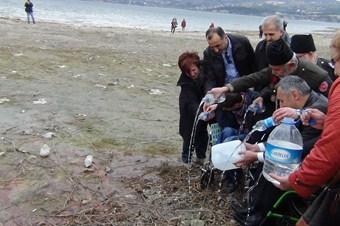 Engelliler, kuruyan Sapanca Gölü'ne bidon ve şişelerle su taşıdı