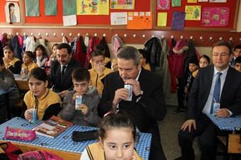 Diyarbakır Valisi Kıraç, öğrencilere süt dağıttı