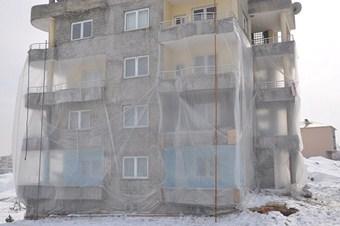 Soğuğa karşı apartmanı naylonla kapladılar