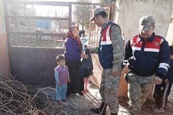 Jandarmadan Suriyelilere gıda yardımı