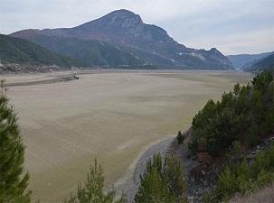 Altınkaya Barajı'nda 10 kilometrelik alan çöle döndü