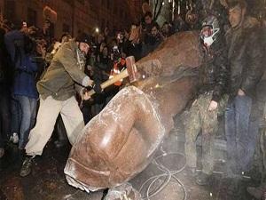 Ukrayna'da Lenin heykelleri devrildi