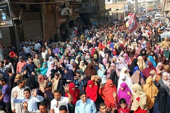 Mursi'nin yargılanması protesto ediliyor