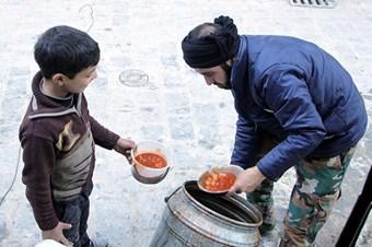 ÖSO durumu olmayan ailelere yemek dağıtıyor
