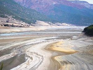 Burası geçen yıl su dolu bir barajdı
