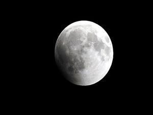 Ay'a yarım tonluk dev meteor çarptı