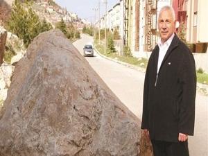 Hareketli kayalar evleri tehdit ediyor
