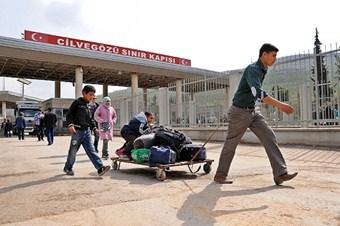 Esed'in bombalarından hayata kaçış sürüyor