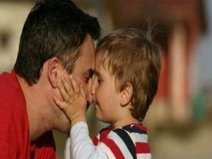 Çocuğuyla ilgilenen babanın psikolojisi daha iyi