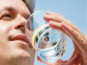 Eklem ağrıları için günde 8 bardak su için